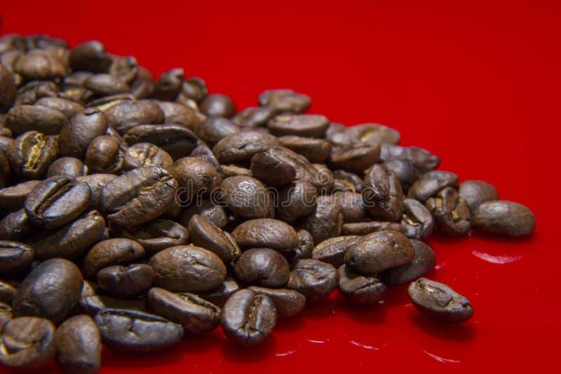 Зажаренное в духовке конца макроса предпосылки кофейных зерен изображение красного поднимающее вверх для cof стоковое фото rf