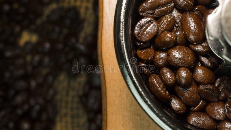 Зажаренное в духовке настроение кофейных зерен винтажное было использовано как предпосылка стоковая фотография