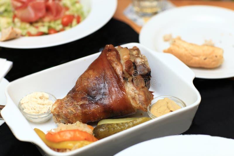 Download Зажаренное в духовке колено свинины Стоковое Фото - изображение насчитывающей жара, кухня: 40577728