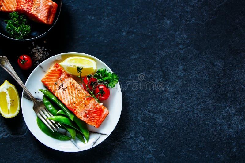 Зажаренное в духовке salmon филе стоковое фото