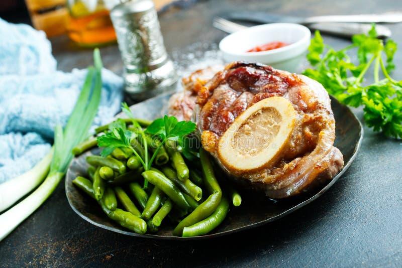 Зажаренное мясо на плите стоковое изображение rf