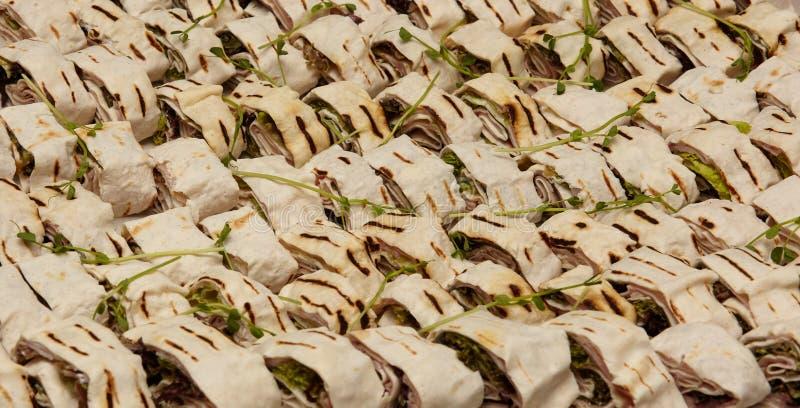 Зажаренное мясо питы с крупным планом зеленых цветов стоковое изображение