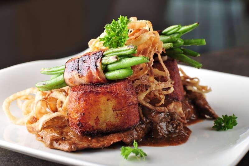 Зажаренное мясо стейка говядины с испеченными картошкой и спаржей стоковая фотография rf