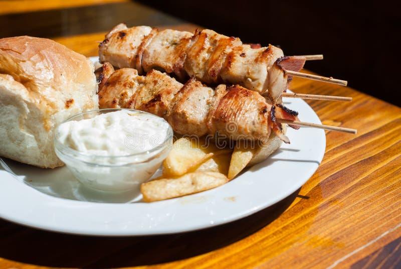 Зажаренное мясо цыпленка с беконом на ручке стоковое изображение rf