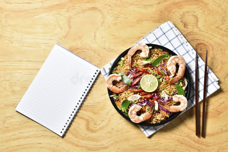 Зажаренное пряное высушенным, зажаренная высушенная лапша лапши Тома Yum Kung взгляд сверху креветки, тайская еда, пряная еда стоковое изображение