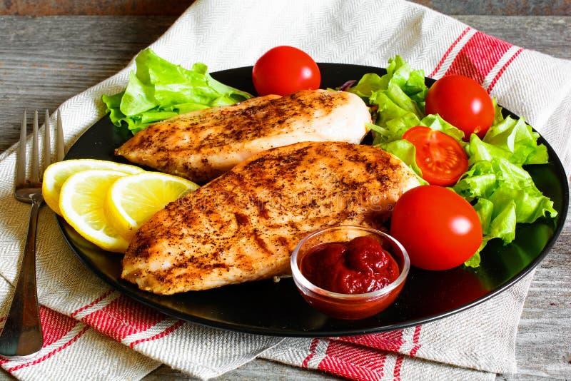 Зажаренное филе куриной грудки служило с свежими овощами стоковая фотография rf