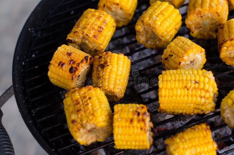 Зажаренное brochette en стержня кукурузного початка в конце вверх по съемке стоковые фото