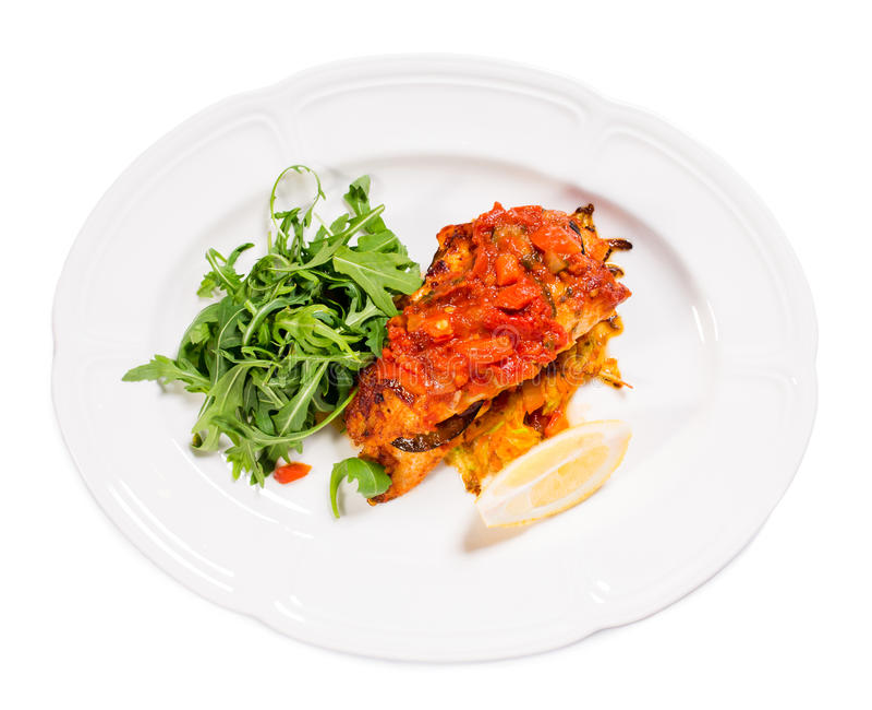Зажаренное dorado покрытое с испеченными овощами стоковые фотографии rf