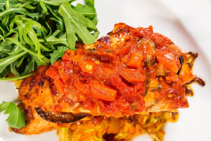 Зажаренное dorado покрытое с испеченными овощами стоковая фотография