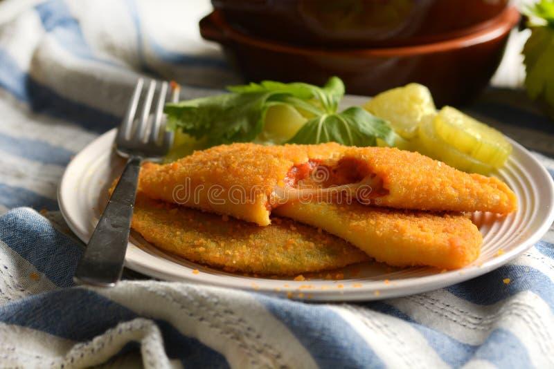 Зажаренное panzerotti заполненное с томатным соусом и сыром - итальянской кухней стоковое изображение rf