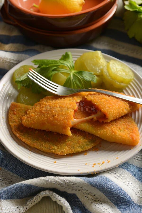 Зажаренное panzerotti заполненное с томатным соусом и сыром - итальянской кухней стоковое изображение