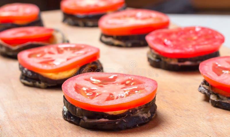 Зажаренные баклажаны с свежими томатами стоковые фото