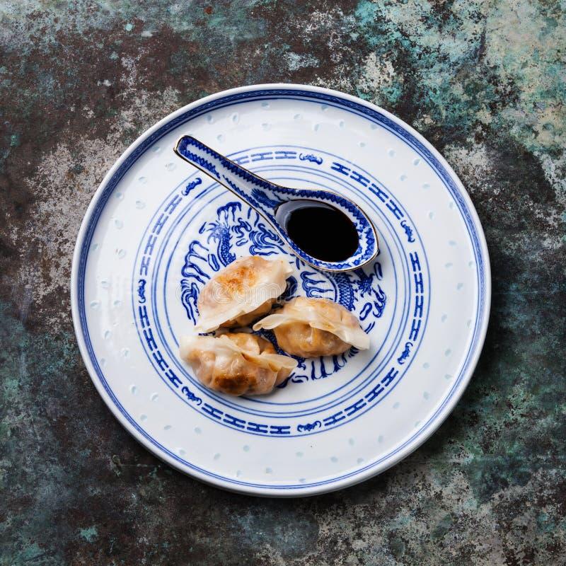 Зажаренные вареники и соевый соус на плите стоковое изображение rf
