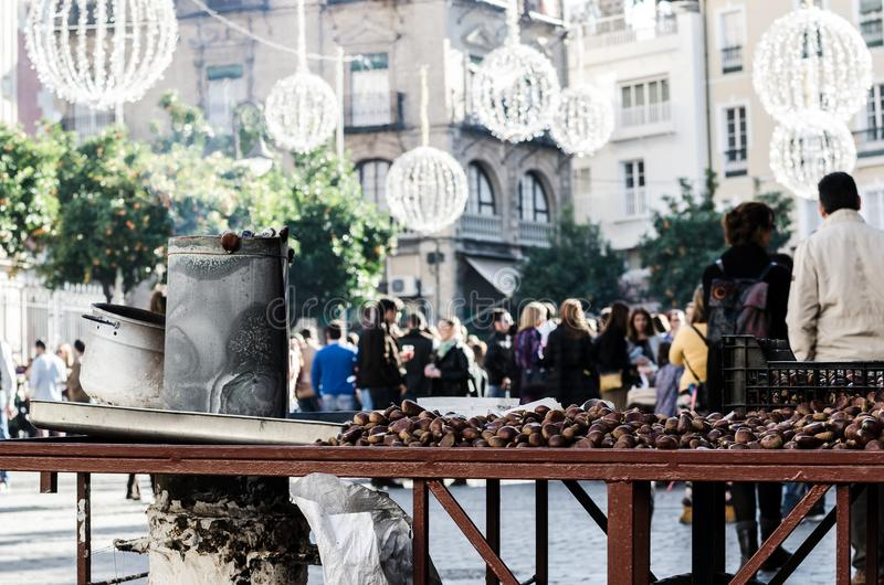 Зажаренные в духовке каштаны стоят в Севилье городской во время Рожденственской ночи стоковые изображения rf