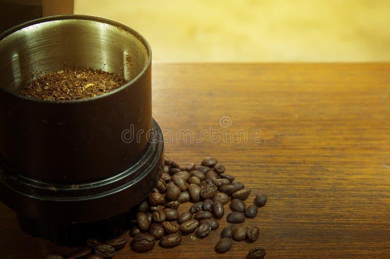 Зажаренные в духовке кофейные зерна на изображении деревянного конца tablemacro поднимающем вверх для bac стоковое изображение