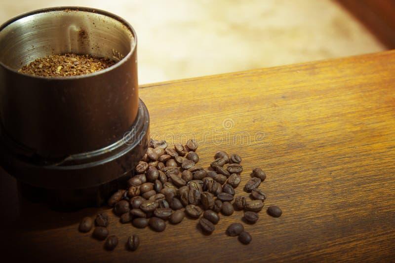 Зажаренные в духовке кофейные зерна на изображении деревянного конца tablemacro поднимающем вверх для bac стоковая фотография