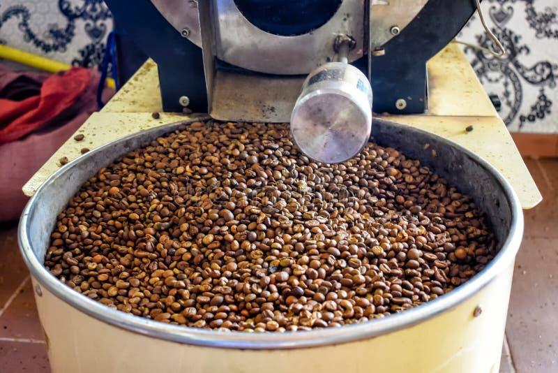 Зажаренные в духовке кофейные зерна в шлифовальном станке под солнечным светом стоковые фотографии rf