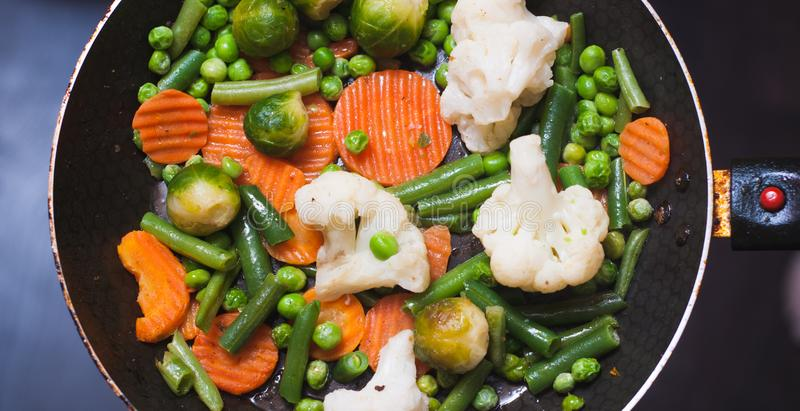 Зажаренные в духовке овощи в сковороде, vegetable тушёное мясо на верхней части, стоковые изображения rf
