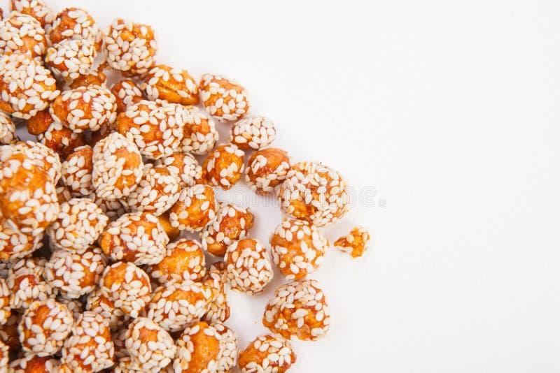 Зажаренные в духовке арахисы покрытые с сахаром и сезамом стоковые фотографии rf