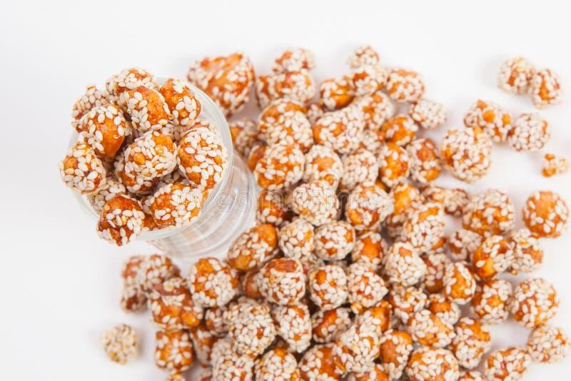 Зажаренные в духовке арахисы покрытые с сахаром и сезамом стоковые фото