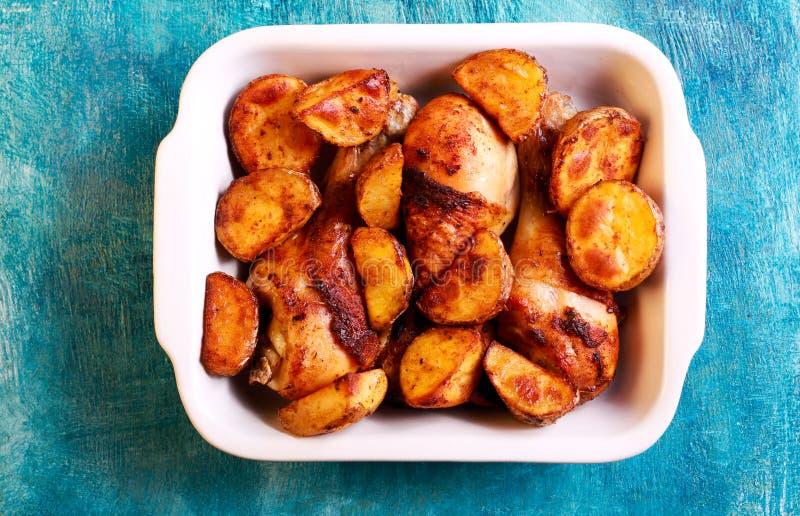 зажаренные в духовке картошки drumsticks цыпленка стоковые фото