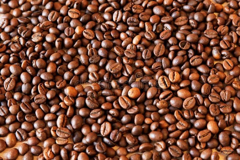 Зажаренные в духовке кофейные зерна, можно использовать как предпосылка стоковая фотография