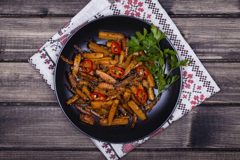 Download Зажаренные в духовке моркови в черной плите, конце вверх Стоковое Фото - изображение насчитывающей никто, диетпитание: 81810276