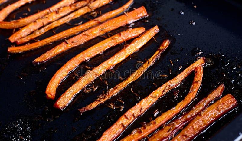 Зажаренные в духовке моркови с концом еды тмина вверх стоковые изображения