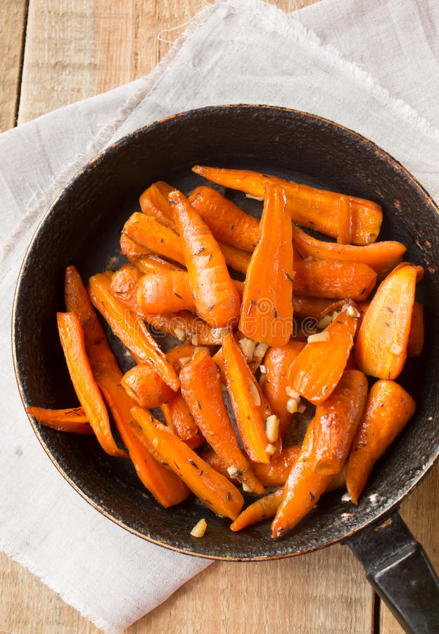 зажаренные в духовке моркови стоковое изображение rf