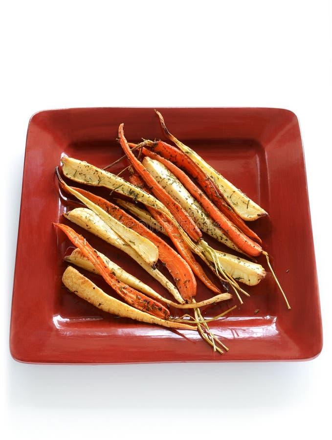 зажаренные в духовке овощи корня стоковые фото