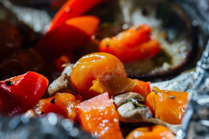 Зажаренные в духовке овощи на алюминиевой фольге, томаты зимы вишни в масле, величают красный пеец champignons стоковое фото rf