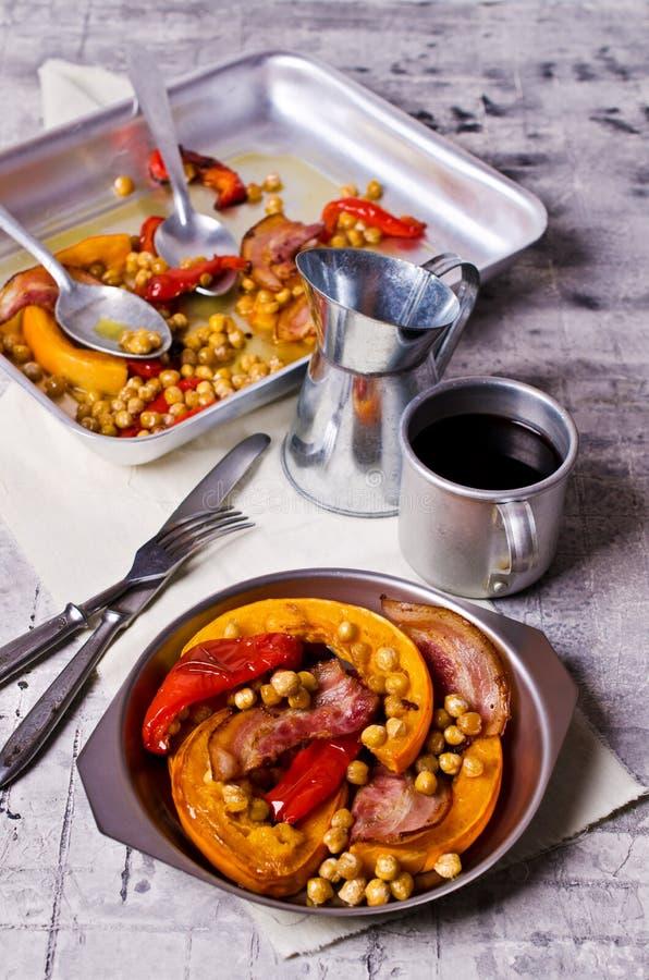 Зажаренные в духовке овощи с беконом стоковое изображение rf