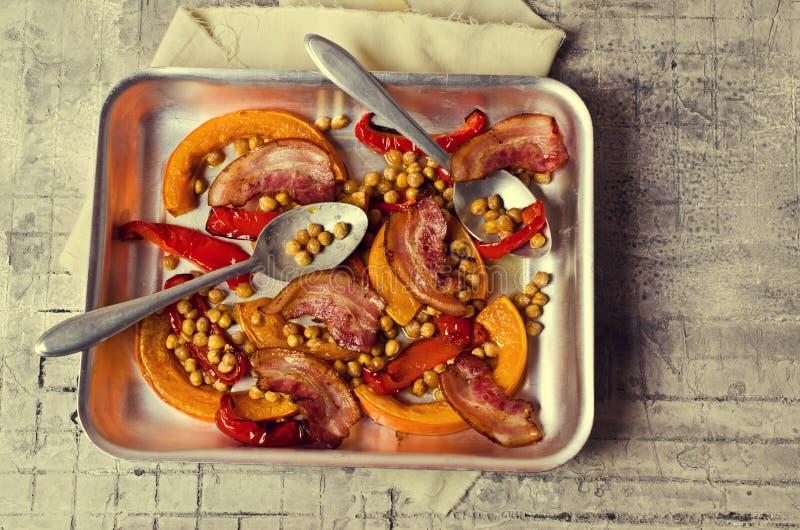 Зажаренные в духовке овощи с беконом стоковая фотография