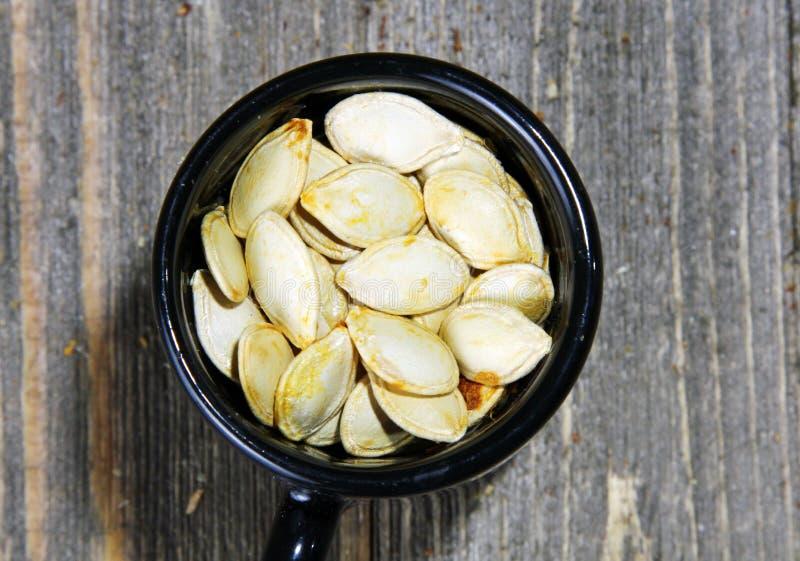 Зажаренные в духовке семена тыквы стоковое изображение