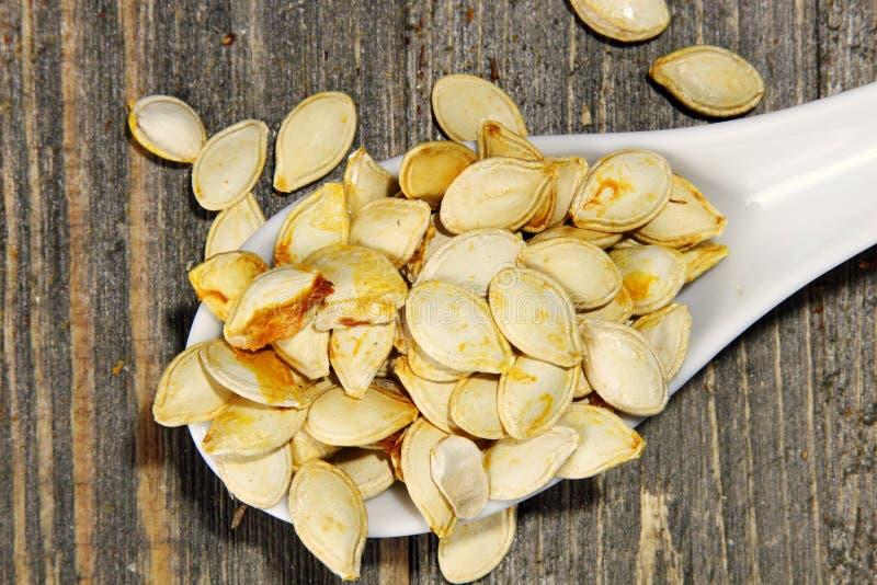 Зажаренные в духовке семена тыквы стоковые фото