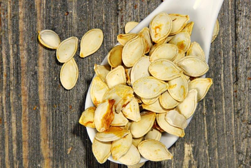Зажаренные в духовке семена тыквы стоковая фотография