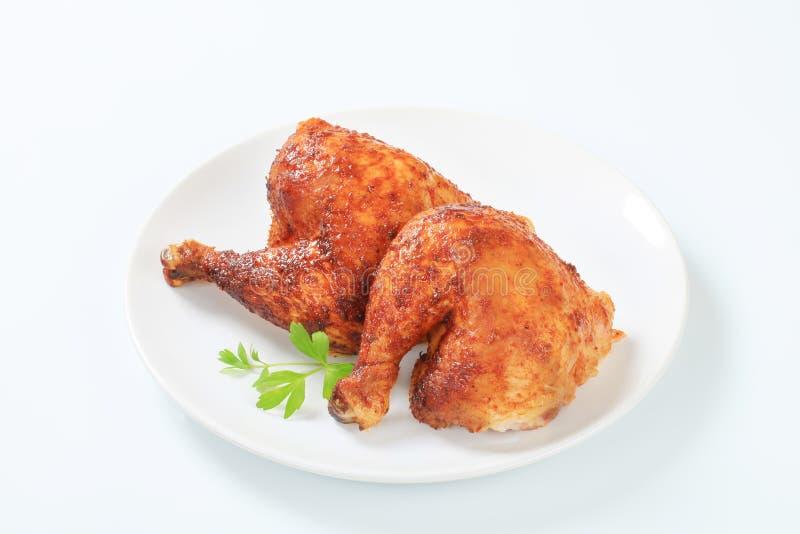 Зажаренные в духовке чесноком ноги цыпленк цыпленка стоковые изображения rf