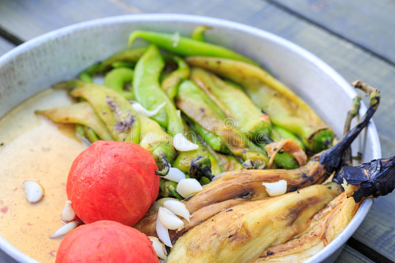 Зажаренные и, который слезанные томаты, баклажаны, перцы, и чеснок стоковые фотографии rf
