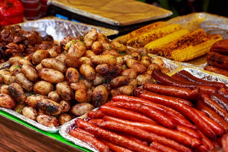 Зажаренные картошки с сосисками стоковые фотографии rf