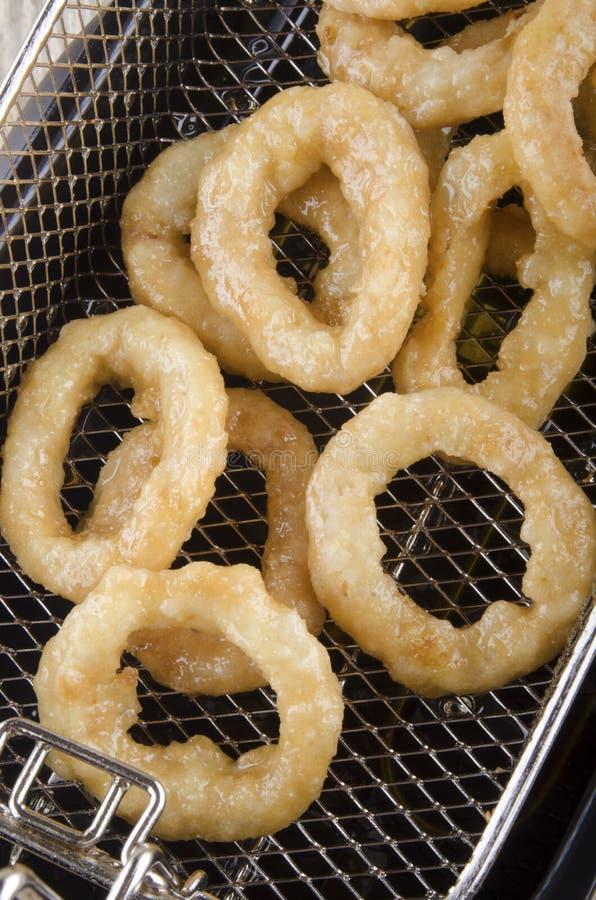 Зажаренные кольца лука свежие из fryer стоковое изображение