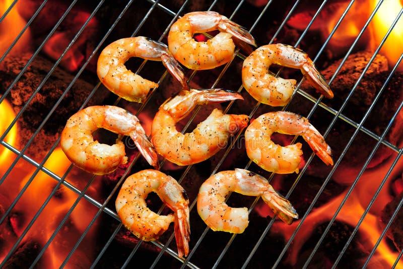 Зажаренные креветки, креветки на пламенеющем гриле стоковые фото