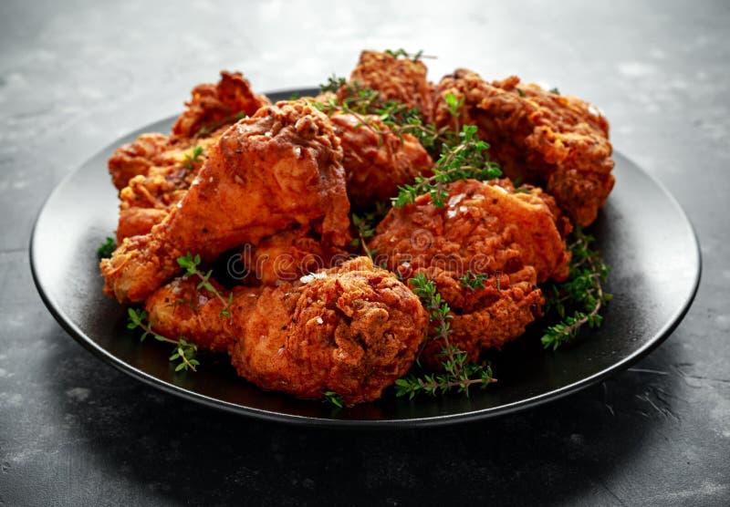 Зажаренные кудрявые ноги цыпленка, бедренная кость в черной плите с травами стоковые изображения rf