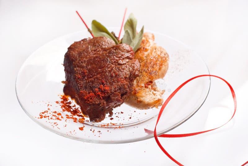 Зажаренные куриная грудка и свиная отбивная со стейком и травами мяса говядины в прозрачной плите стоковое фото rf