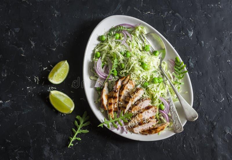 Зажаренные куриная грудка и капуста, горохи и coleslaw пармезана Здоровая сбалансированная концепция еды На темной предпосылке стоковые фотографии rf