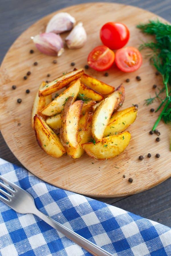 Download Зажаренные клин картошки с томатом вишни Стоковое Фото - изображение насчитывающей плита, испеченных: 33730544