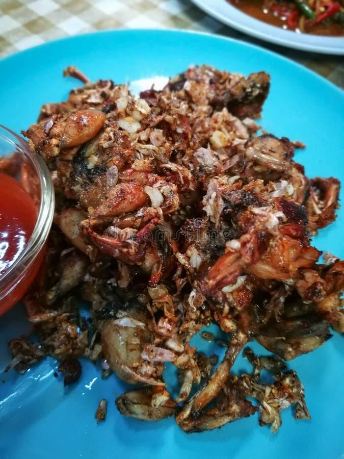 Зажаренные лягушки с солью и черным перцем На голубой плите стоковые фотографии rf