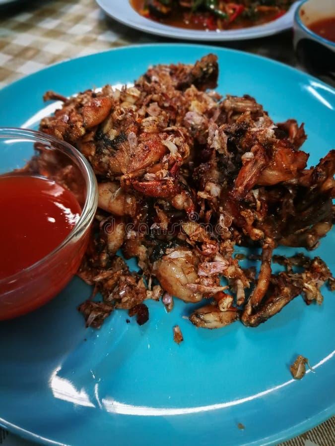Зажаренные лягушки с солью и черным перцем На голубой плите стоковые изображения rf