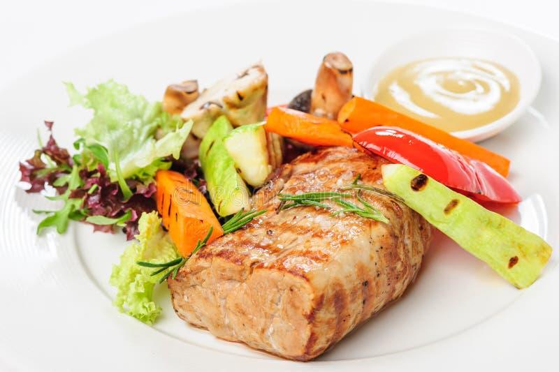 Зажаренные мясо и овощи свинины на плите стоковые изображения rf