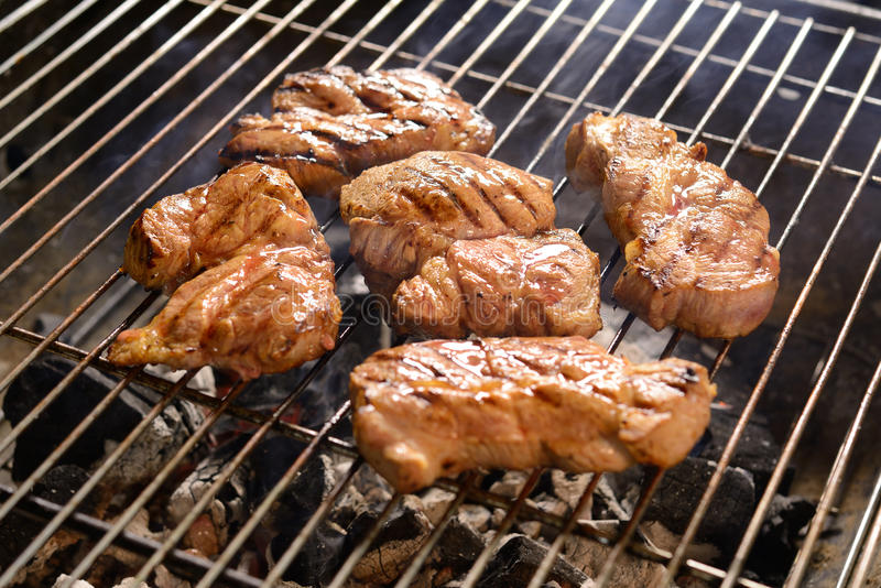 Зажаренные мясо/стейк на гриле стоковое фото rf
