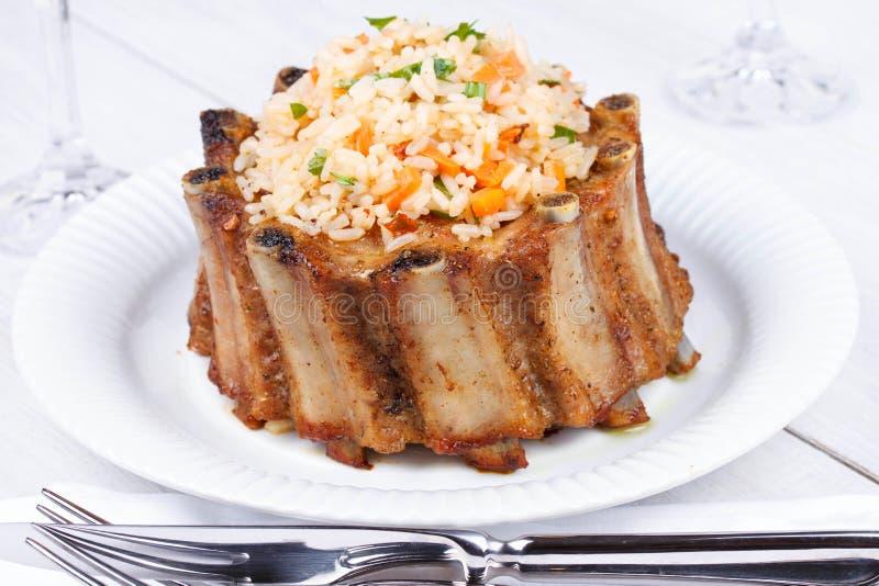 Зажаренные нервюры свинины с рисом и специями стоковое фото